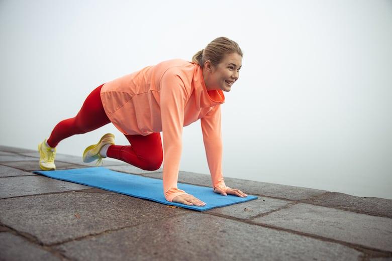 Woman doing a mountain climber exercise to strengthen her core